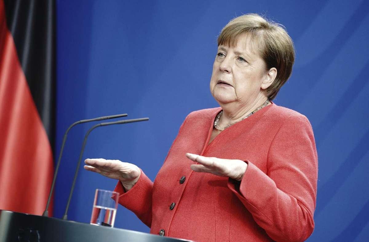 Wenn Bundeskanzlerin Angela Merkel den Mindestabstand einhalten kann, dann verzichtet sie auf eine Maske. Foto: AP/Kay Nietfeld