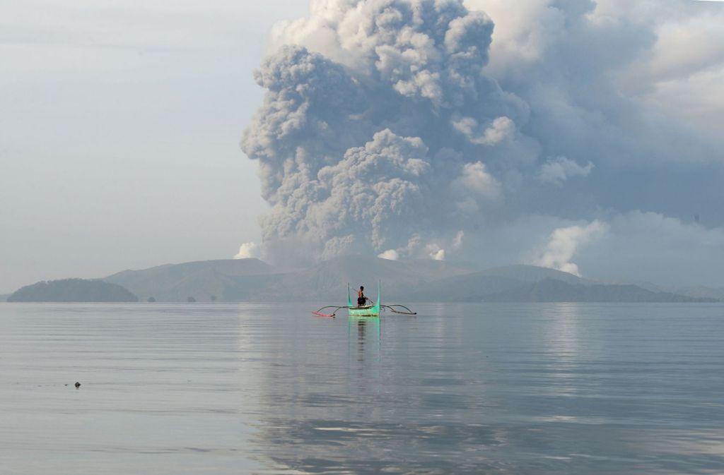 Der Vulkan Taal spuckt eine gewaltige Aschewolke aus. Foto: AFP/TED ALJIBE