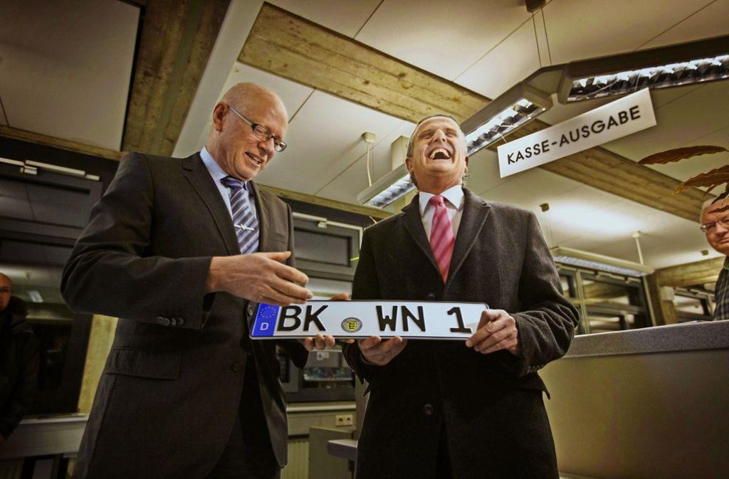Frank Nopper (rechts) hat vor gut zweieinhalb Jahren das erste neue BK-Kennzeichen von dem damaligen Landrat Fuchs entgegengenommen Foto: Stoppel/Archiv