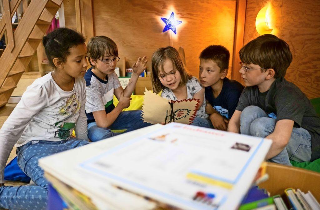Joyce, Philemon, Pauline, Luca und  Carl (von links) gehören zu den erfolgreichen Nachwuchs-Krimiautoren. Foto: Lichtgut/Max Kovalenko