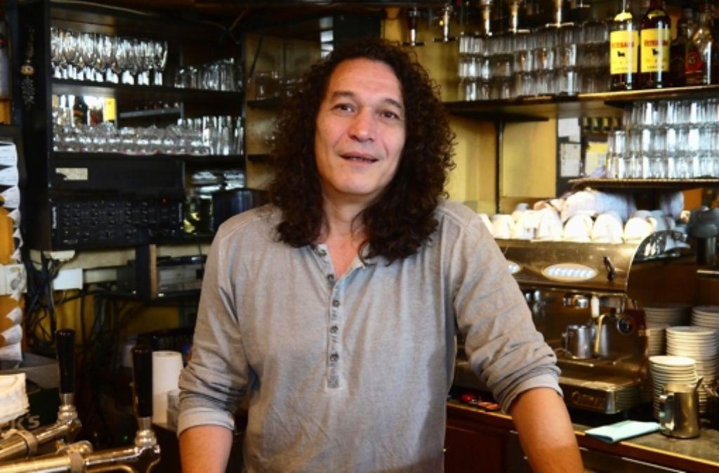Der Job in der Stuttgarter Kneipe La Concha passt gut in das Leben von Chris Papadopoulos - weil der Kellner nicht früh aufstehen will. Foto: Nina Ayerle