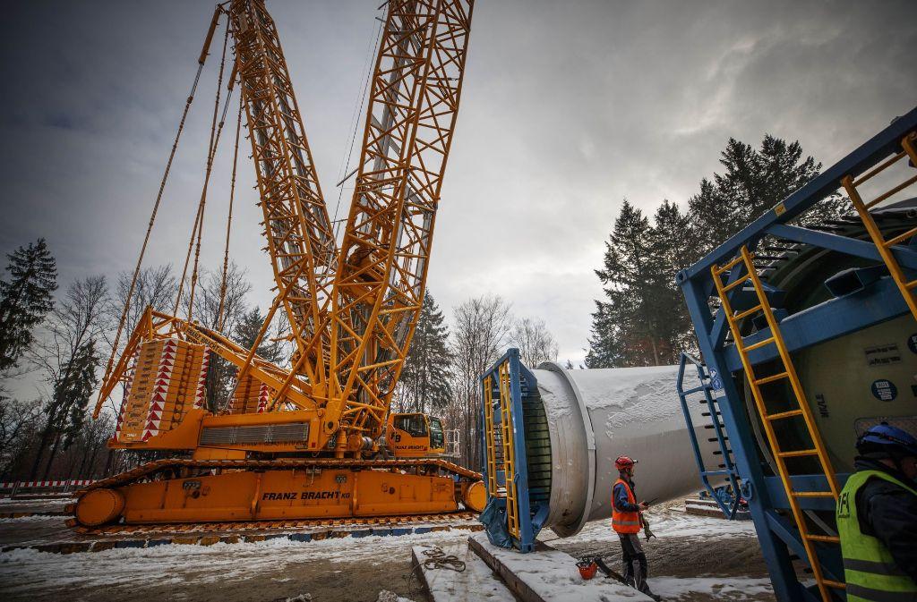 Der Kran, der die Rotorblätter anhebt, ist 180 Meter hoch – ein richtiges Ungetüm.  Foto: Gottfried Stoppel