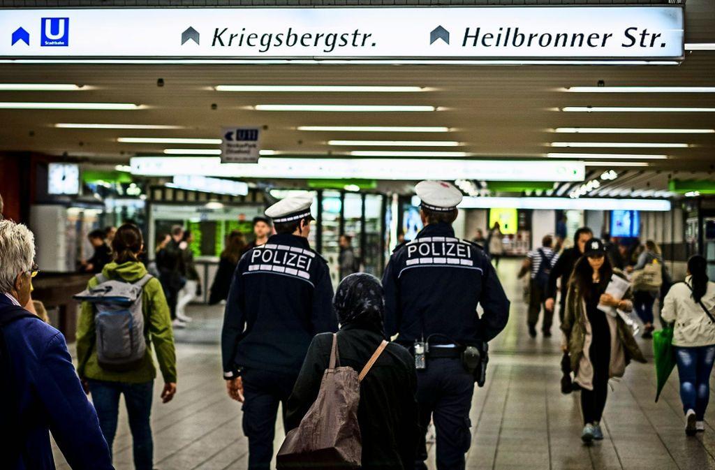 Auf Patrouille: Die Passage unterm Bahnhof gilt als Brennpunkt. Foto: Lichtgut/Max Kovalenko