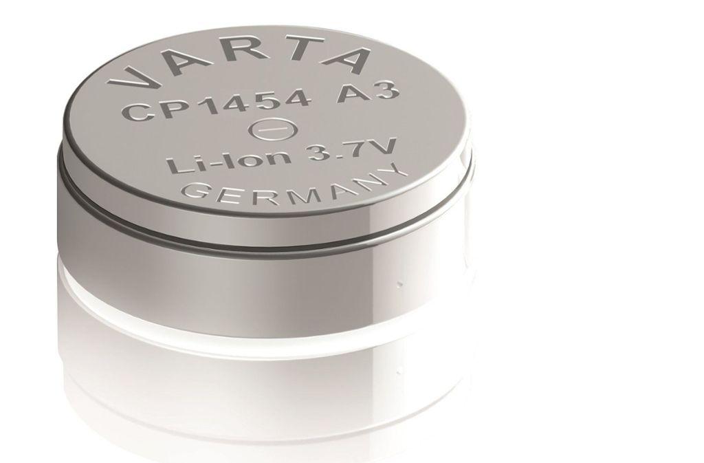 Eine wiederaufladbare Lithium-Ionen Knopfzelle von Varta (Archivbild) Foto: dpa