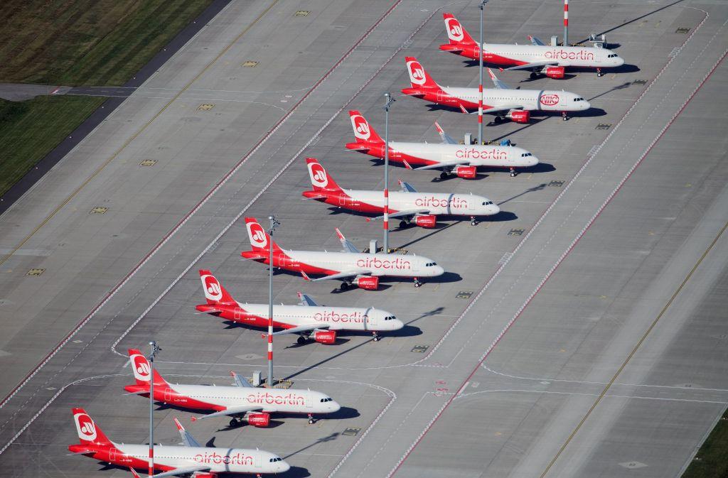 Ein Bild aus besseren Tagen: Air-Berlin-Jets in Reih und Glied – nun haben die Maschinen weitgehend schon eine neue Lackierung bekommen. Foto: dpa