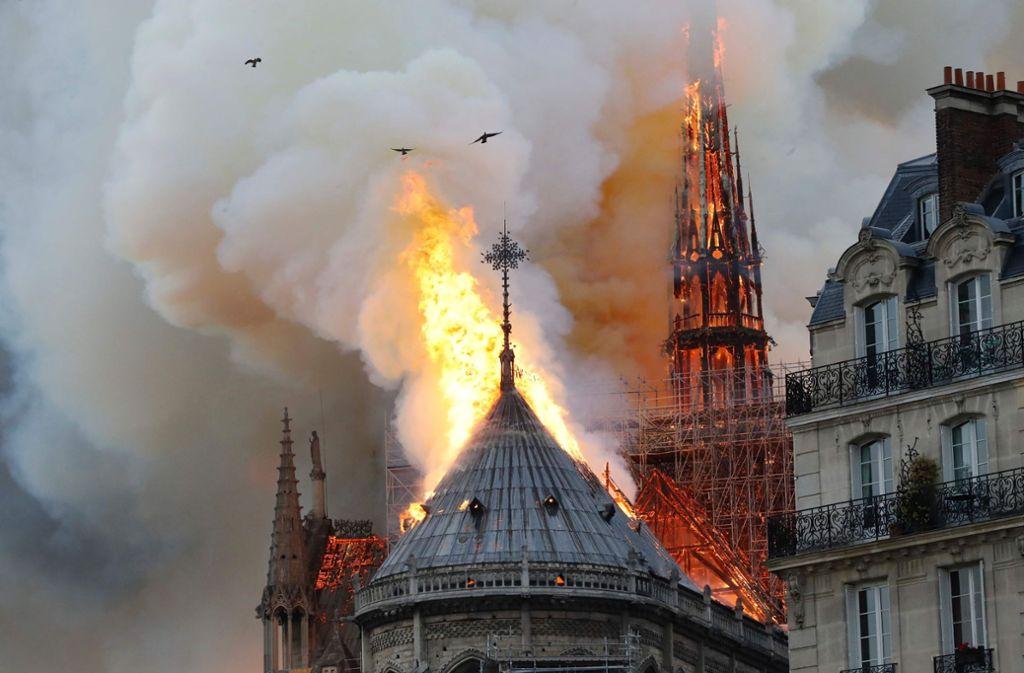 Über der Kathedrale Notre-Dame, einem Wahrzeichen der französischen Hauptstadt, waren am Montagabend Flammen und eine riesige Rauchsäule zu sehen. Foto: AFP