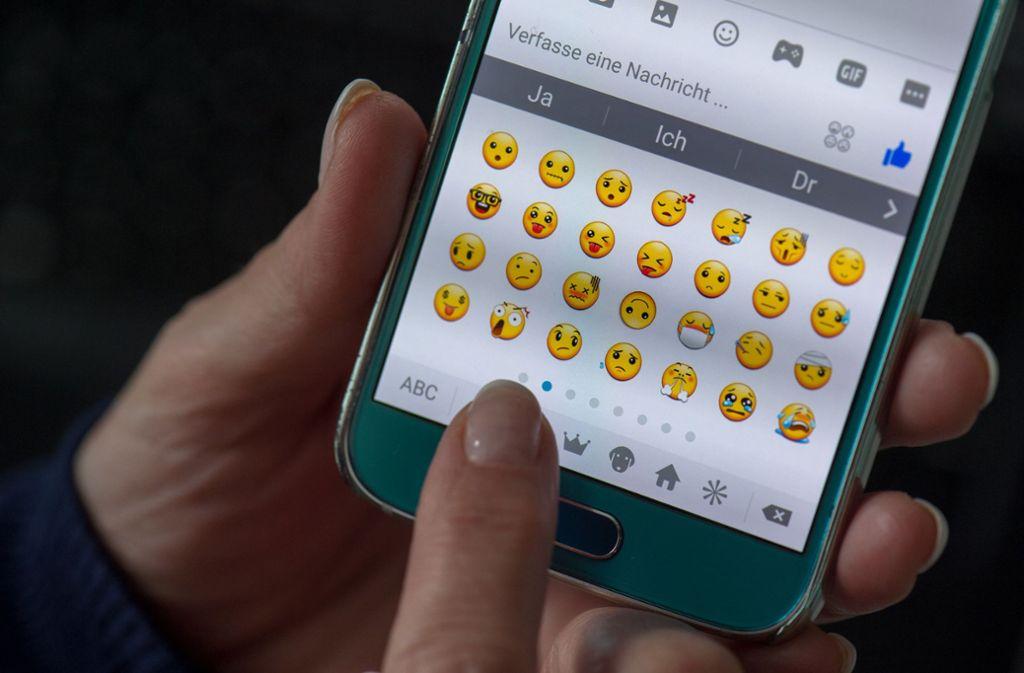 Dieses Jahr kommen ganze 117 neue Emojis auf die Smartphones. Foto: dpa/Arno Burgi