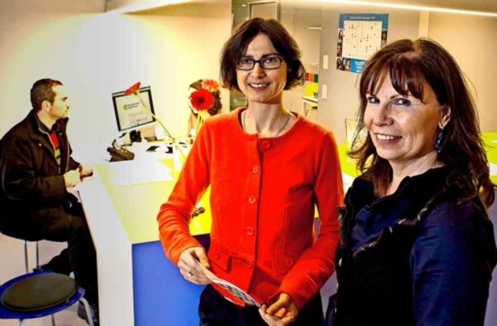 Verena Andrei (links) und Suzana Hofmann leiten das Stuttgarter Welcome Center am Charlottenplatz. Foto: Lichtgut/Max Kovalenko
