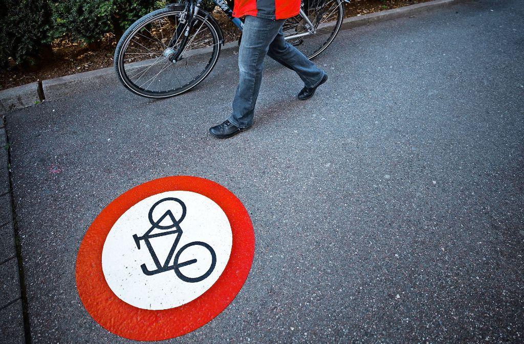 Gunhild Veil-Panni schiebt ihr Rad durch eine Verbotszone. Foto: Stoppel
