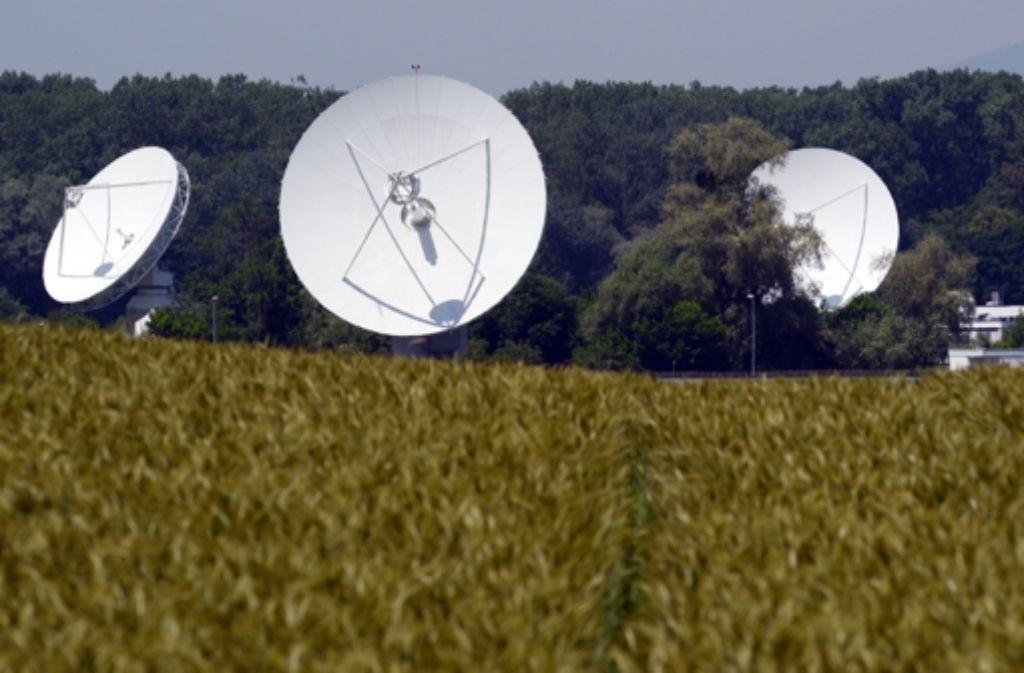 Der BND beendet teilweise die Geheimniskrämerei um die Station mit ihren gut sichtbaren weißen Satellitenschüsseln. Die Einrichtung, die bislang Ionosphäreninstitut hieß und deren Träger über Jahrzehnte geheim gehalten wurde, trägt künftig den Titel BND-Station. Foto: dpa