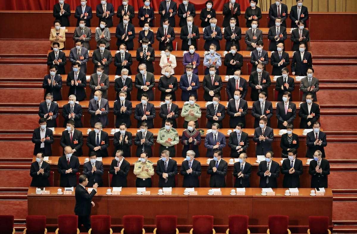Der chinesische Präsident Xi Jinping, unten, gestikuliert bei seiner Ankunft zur Eröffnungssitzung des Volkskongresses in der Großen Halle des Volkes im vergangenen Jahr. Foto: dpa