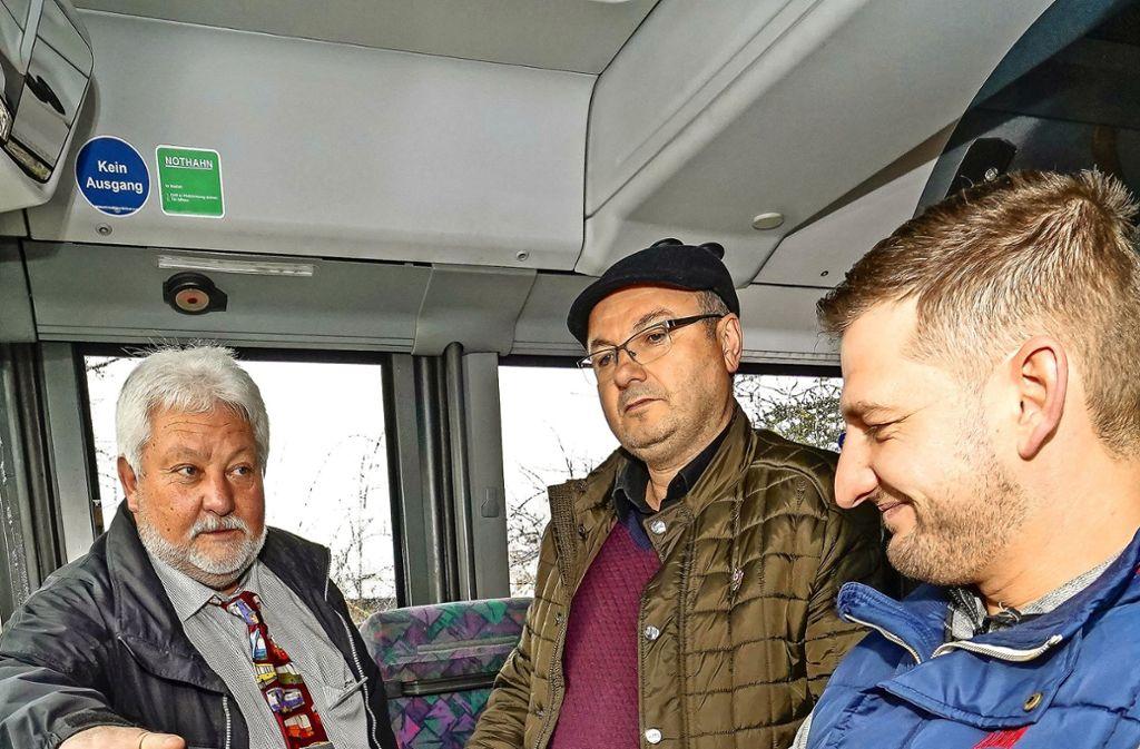 Der Fahrlehrer Lothar Hoppes (mit Krawatte) zeigt den Interessenten Lukas Altmann (am Steuer) Foto: factum/Bach