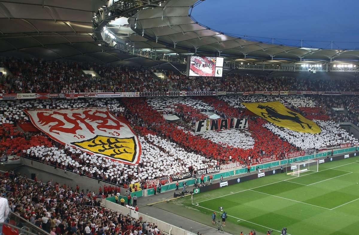 Mit dieser beeindruckenden Choreografie warteten die Fans des VfB Stuttgart am Abend des 17. April 2013 in der Cannstatter Kurve der ausverkauften Mercedes-Benz-Arena auf. Foto: Baumann
