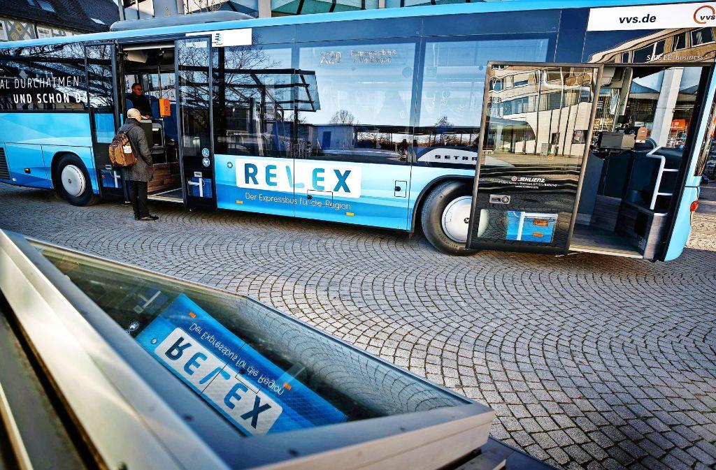 Die leuchtend blauen Busse der neuen Expresslinien fallen auf, egal ob in Leonberg, Esslingen oder Waiblingen. Foto: Gottfried Stoppel