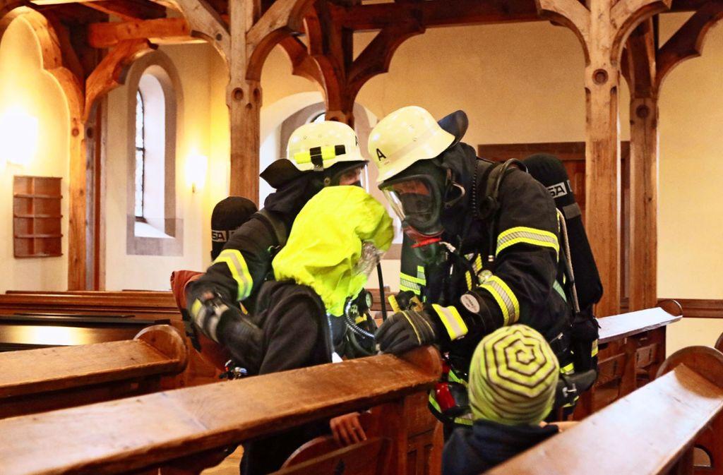 Bei der Evakuierung der Kirche geht es für die Feuerwehr in erster Linie  darum, gefährdete Personen  möglichst geschützt in Sicherheit zu bringen. Foto: Andreas Gorr