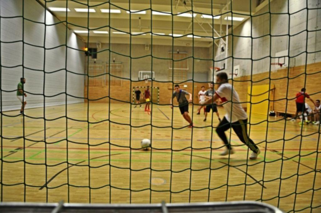 Immer dienstags treffen sich die Fußballbegeisterten ferner Länder in der Sporthalle des Friedrich-Eugen-Gymnasiums. Foto: Claudia Leihenseder