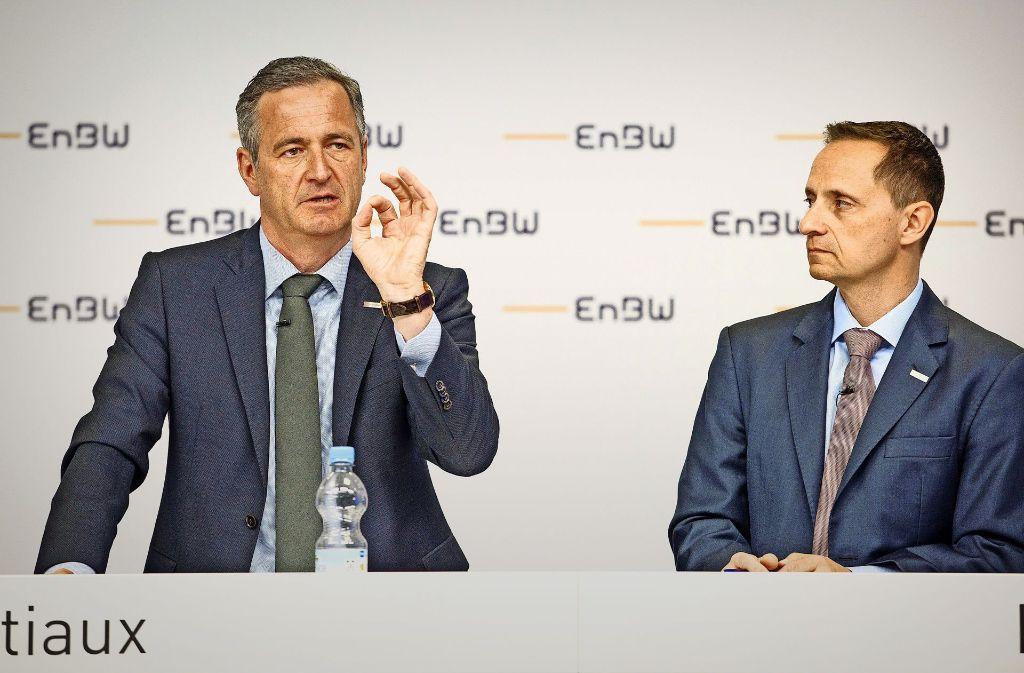EnBW-Chef Frank Mastiaux (links) und Finanzvorstand Thomas Kusterer bei der Bilanzpressekonferenz – dort ging es auch um die Kosten für Prozesse. Foto: dpa