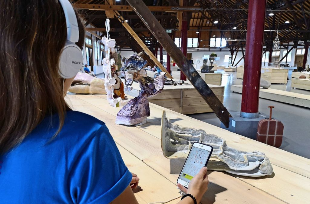 Ein kostenfrei zu leihendes Smartphone führt Besucher durch die Triennale – und liefert per Text und Ton Info. Foto: Patricia Sigerist