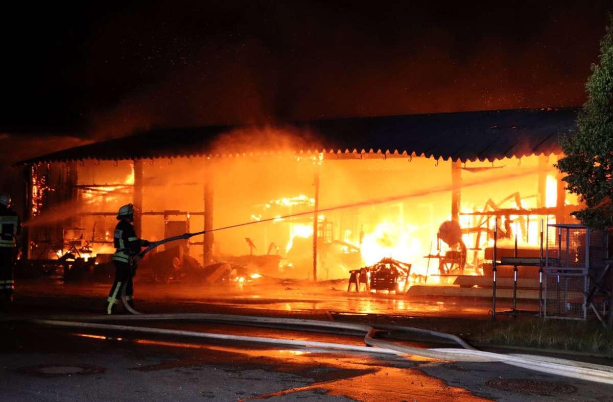 Die Feuerwehr versucht den Brand unter Kontrolle zu bekommen. Foto: imago images/7aktuell/7aktuell.de Bernd Fausel via www.imago-images.de