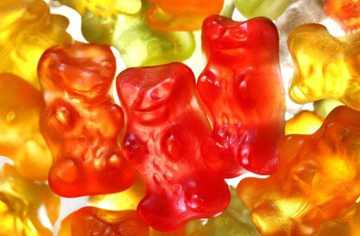 Unbekannte werfen  Süßwarenautomaten um
