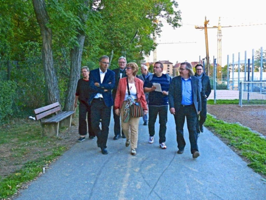 Werner Wölfle, Sabine Mezger (erster und zweite von links) sowie Peter Pätzold (ganz rechts) auf dem Weg zum Skatepark an der Friedhofstraße. Foto: Petra Mostbacher-Dix