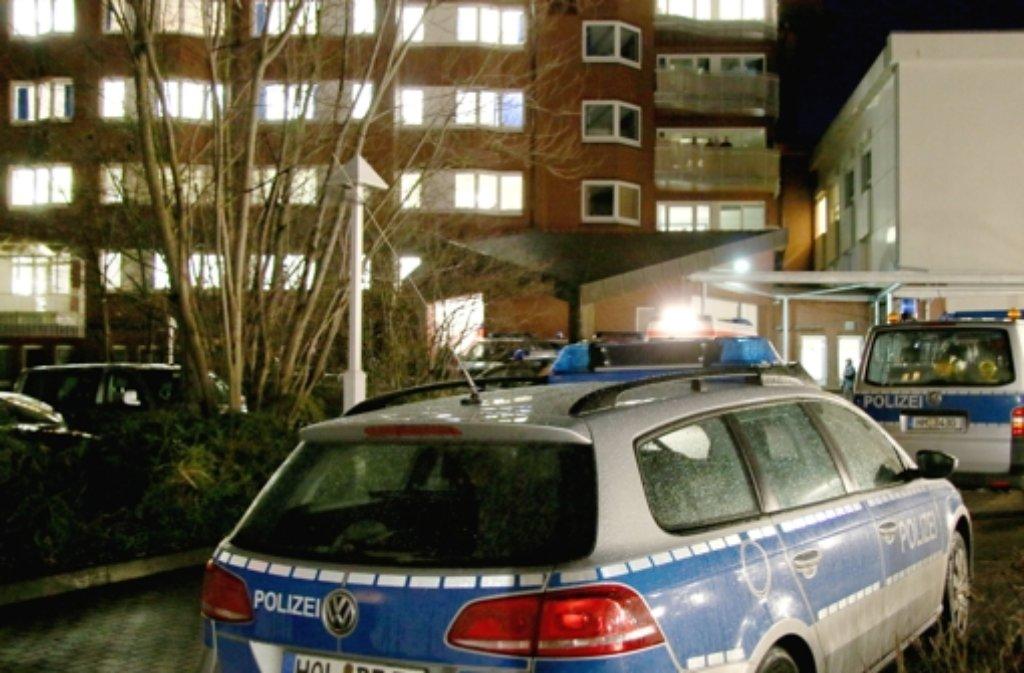 Nach dem tödlichen Sturz eines mutmaßlichen Räubers aus dem Hamelner Amtsgericht ist es zu Krawallen gekommen, bei denen mehr als ein Dutzend Polizisten verletzt wurden.  Foto: Ulrich Behmann-DWZ / dpa