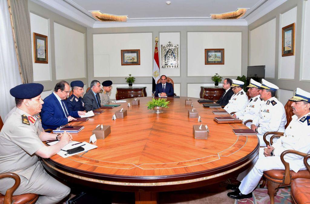 Kritiker werfen Al-Sisi (mitte) vor, mit öffentlichen Geldern große Bauvorhaben umzusetzen, etwa eine neue Hauptstadt, während weite Teile der Bevölkerung in Armut leben. Foto: dpa/Egyptian President Office