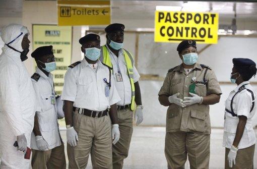 Am Flughafen in Laos  untersuchen Sicherheitsbeamte Passagiere. Foto: AP
