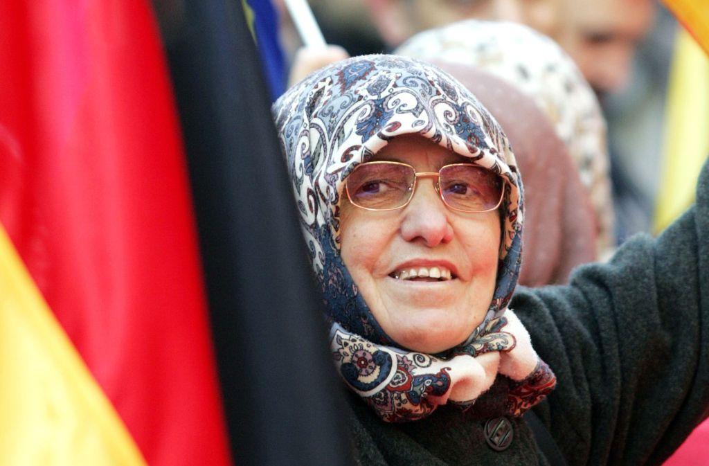 Kopftuch und Nationalflagge: Wie weit ist die Integration der Muslime gediehen? Foto: epd