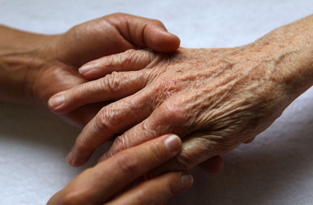 Mit einer dreisten Masche haben ein Mann und ein Kind bei einer 85-Jährigen im Stuttgarter Westen geklingelt. Das Duo hatte es auf die Wertsachen der Seniorin abgesehen. (Symbolfoto) Foto: dpa