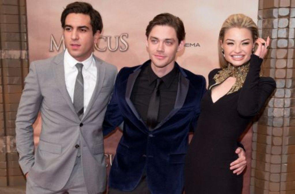Schaulaufen auf dem roten Teppich: Die Schauspieler Elyas MBarek, Tom Payne und Emma Rigby kommen zur Weltpremiere des Kinofilms Der Medicus. Foto: dpa