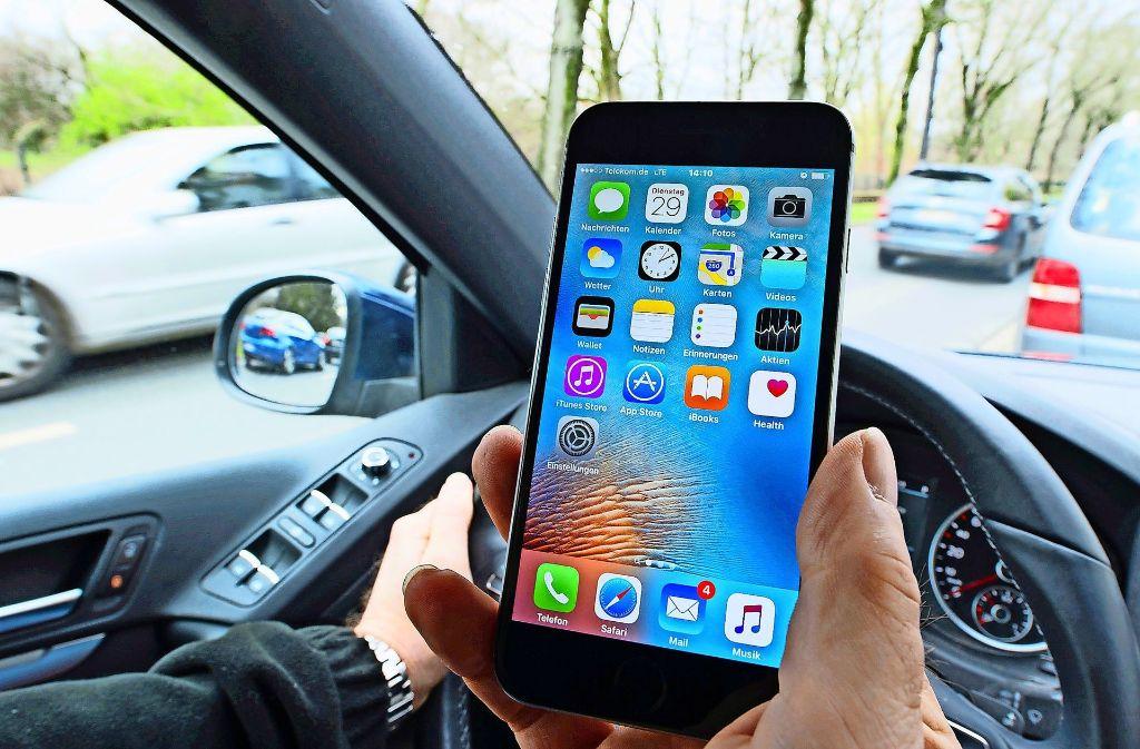 Auch ein nur kurzer Blick aufs mobile Telefon während des Autofahrens kann fatale Folgen haben Foto: dpa