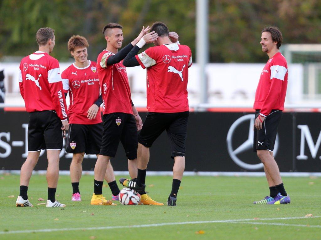 Gelöste Stimmung auf dem Trainingsplatz des VfB Stuttgart - auch bei Keeper Thorsten Kirschbaum, bei dem scheinbar die Frisur sitzt. Foto: Pressefoto Baumann