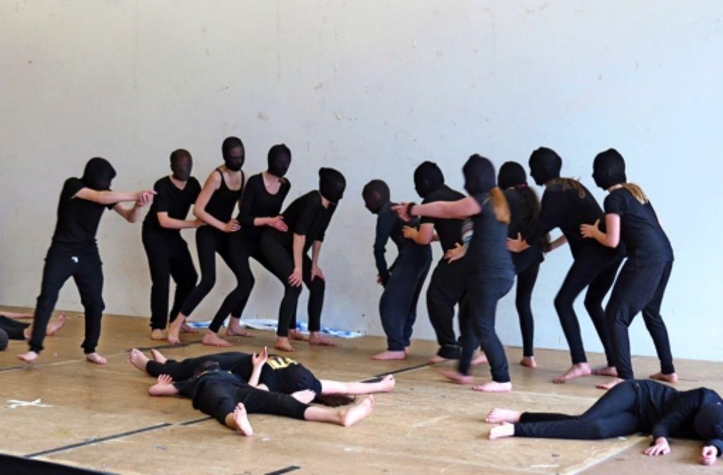 """Kinder der Tanzgruppe """"Dance Academy"""" führen ein brasilianisches Tanztheater vor. Foto: Dominika Jaschek"""