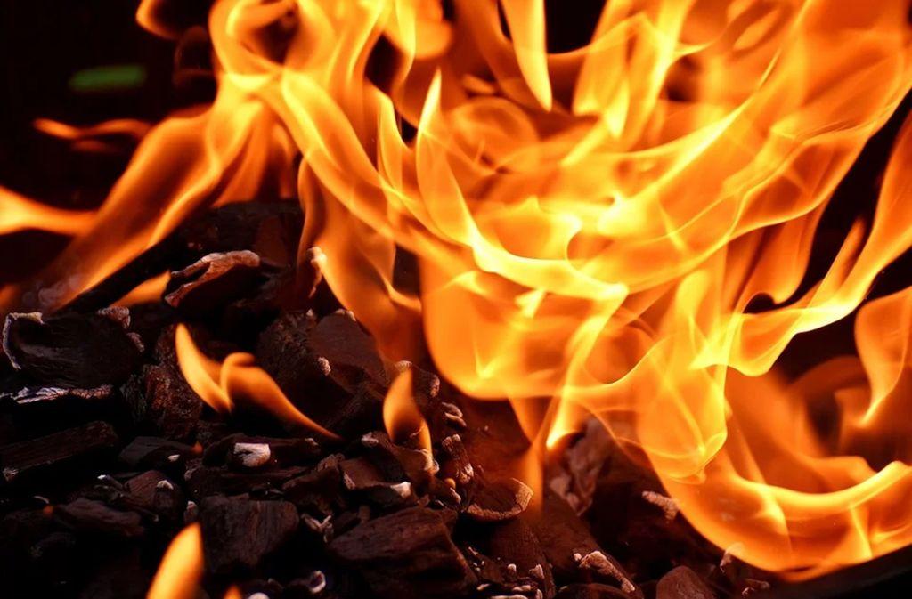 Die Grillkohle entzündet sich wieder, dann greift das Feuer auf Holzscheite über. Foto: Pixabay/Alexas_Fotos