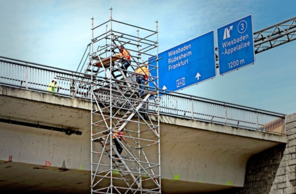 Wegen erheblicher Schäden an der Schiersteiner Brücke war das Bauwerk, das zwischen Mainz und Wiesbaden den   Rhein quert, wochenlang gesperrt. Seit dem Wochenende ist die Autobahnbrücke wieder frei gegeben  – aber nur noch für Fahrzeuge bis zu 3,5 Tonnen. Foto: dpa