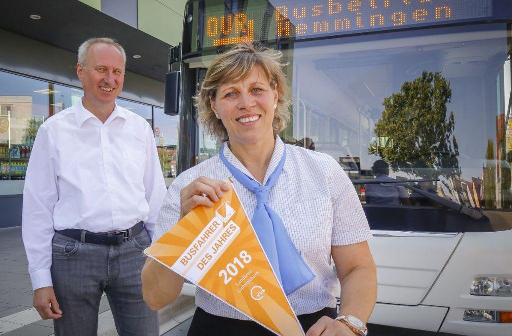 Mona Schneider bekam die Auszeichnung von Horst Stammler, dem Geschäftsführer des Verkehrsverbundes Stuttgart. Foto: factum/Granville