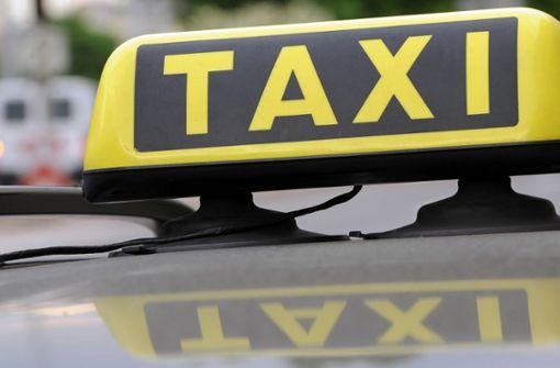 Unbekannter stoppt Taxi und räkelt sich auf Motorhaube