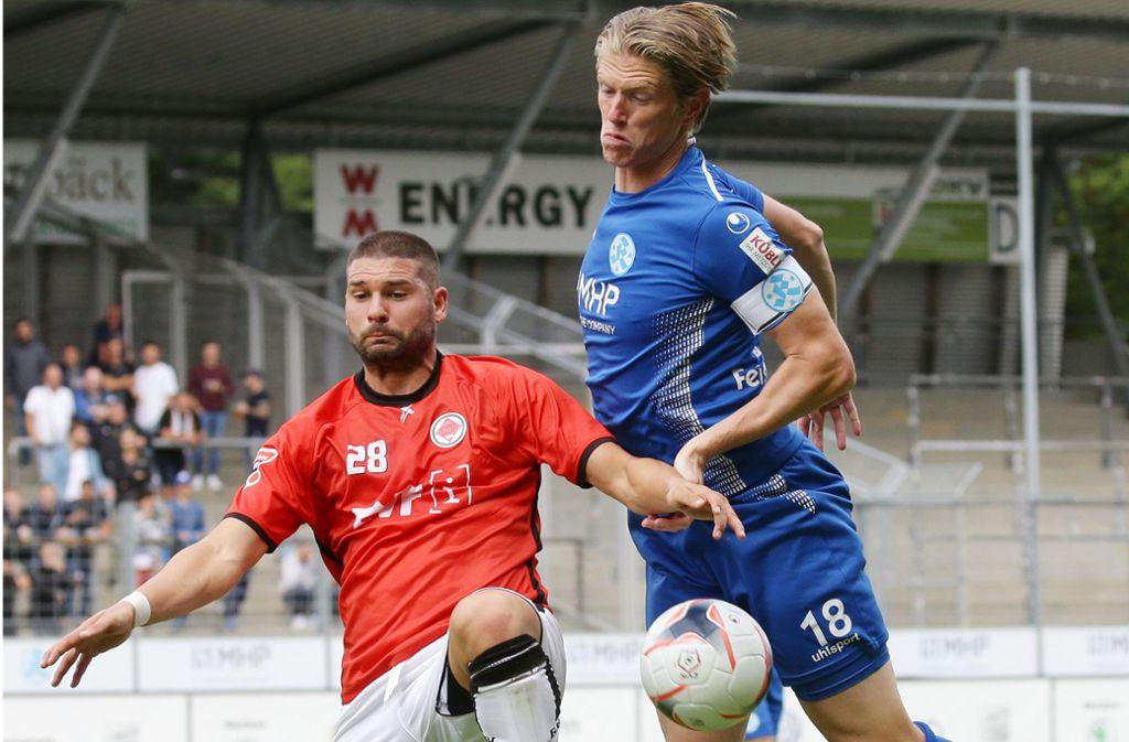 Zweikampfstark: Kickers-Kapitän Tobias Feisthammel (re.) gegen Marcel Avdic vom Ligakonkurrenten 1. Göppinger Sportverein. Foto: Baumann
