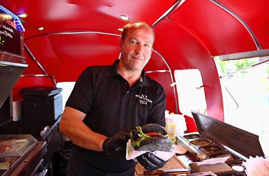 In seinem gut  zehn Meter langen Foodtruck, einem zur rollenden Küche umgebauten Airstream-Wohnwagen,   bereitet Ingo Winterhalter Burger und Steaks zu. Foto: