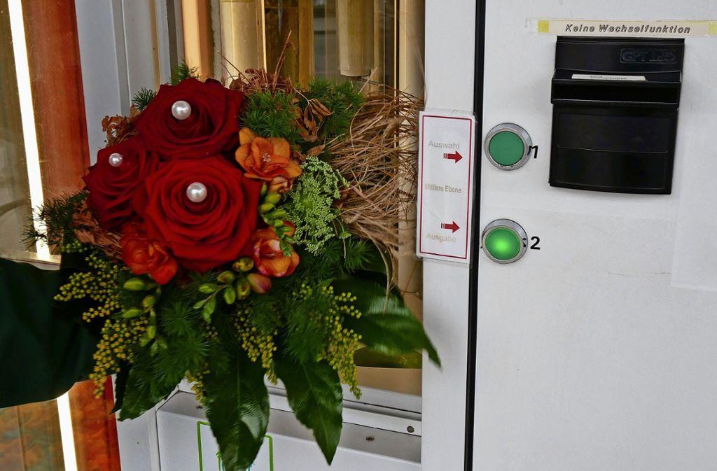 Im Automaten finden sich Blumensträuße für zehn oder 20 Euro. Foto: Eileen Breuer