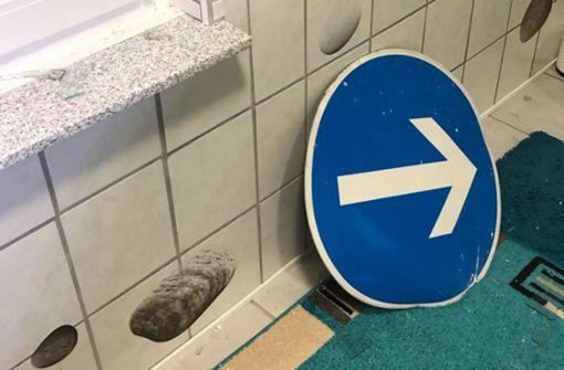 Verkehrsschild landet nach Unfall in Badezimmer