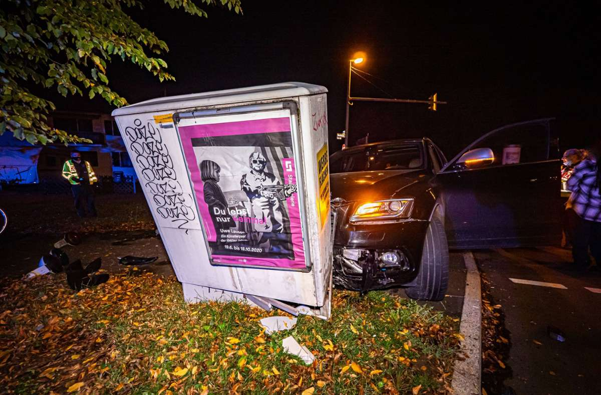 Der SUV war nach dem Unfall in Stuttgart-Heumaden nicht mehr fahrbereit und musste abgeschleppt werden. Foto: 7aktuell.de/Alexander Hald/7aktuell.de | Alexander Hald