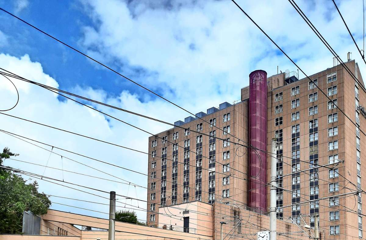 Der graue Kasten mit den Graffiti ist die  eingefriedete Klimaanlage des Hotels. Foto: privat