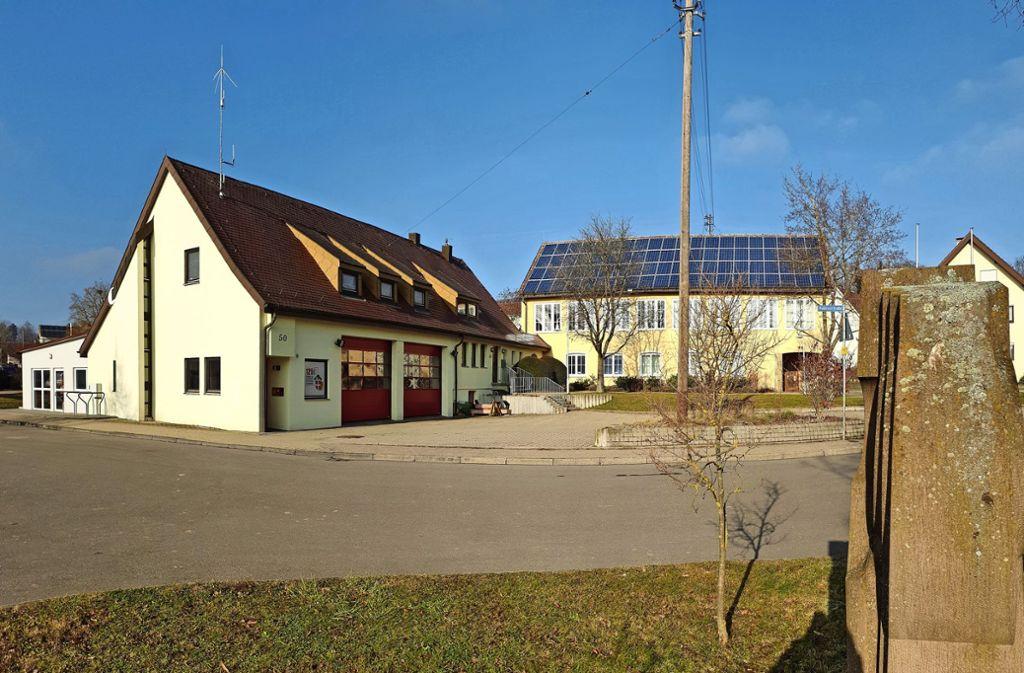 In dem Gebäude links, in dem heute die Feuerwehr  ist, war auch die Perouser   Verwaltungsstelle untergebracht. Foto: Stadt  Rutesheim