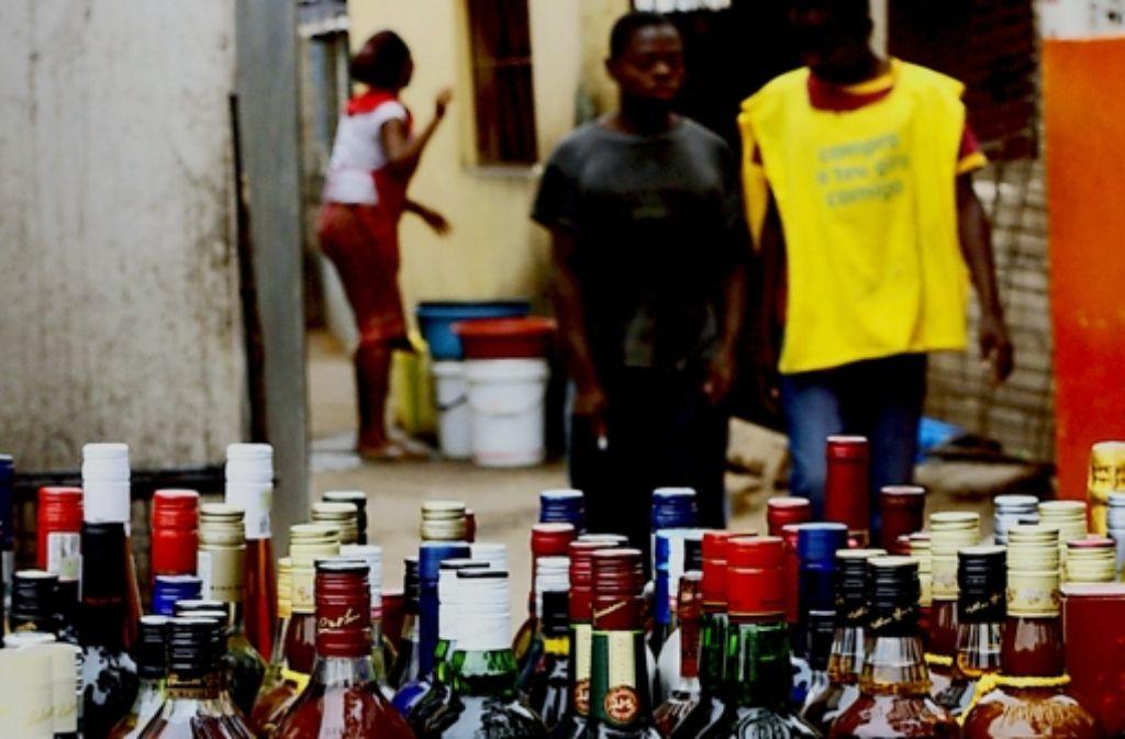 Dieser Stand in Maputo hat sich auf härtere Spirituosen spezialisiert. Foto: AFP