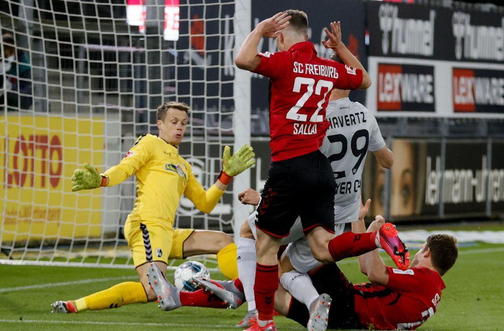 Leverkusens Kai Havertz (2.v.r.) erzielt das 0:1. Foto: dpa/Ronald Wittek