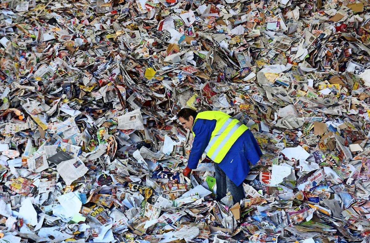 In großen Recycling-Anlagen  wird gesammeltes Altpapier zur Wiederverwertung vorbereitet. Foto: dpa/Stefan Puchner