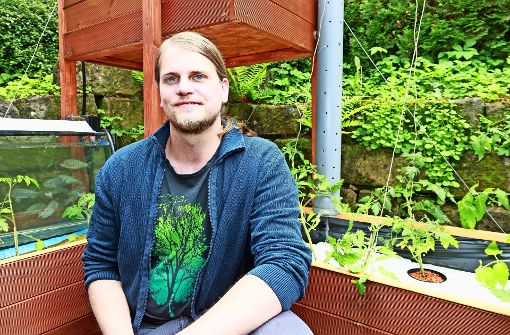 In einer Aquaponikanlage bedingen sich Fisch- und Pflanzenzucht gegenseitig, erklärt Bastian Winkler. Foto: Thomas Krämer