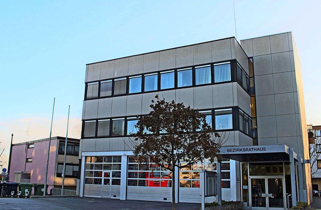 Bezirksrathaus und Feuerwehr können wohl bald umziehen. Foto: Holowiecki